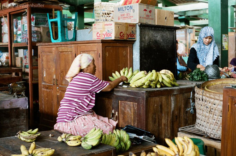 Bananas-seller-yogyakarta-lucia-eggenhoffer