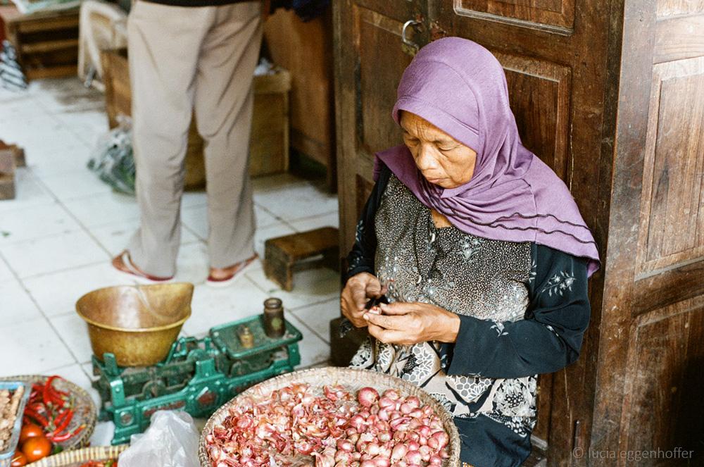 Old-woman-at-market-II-yogyakarta-lucia-eggenhoffer