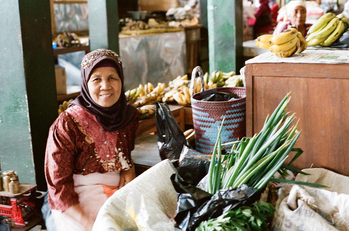 Woman-at- market-II-yogyakarta-lucia-eggenhoffer