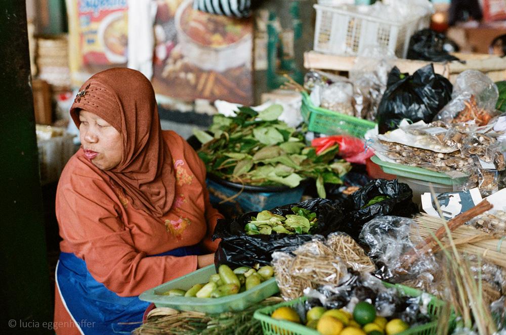 Woman-at-market-III-yogyakarta-lucia-eggenhoffer