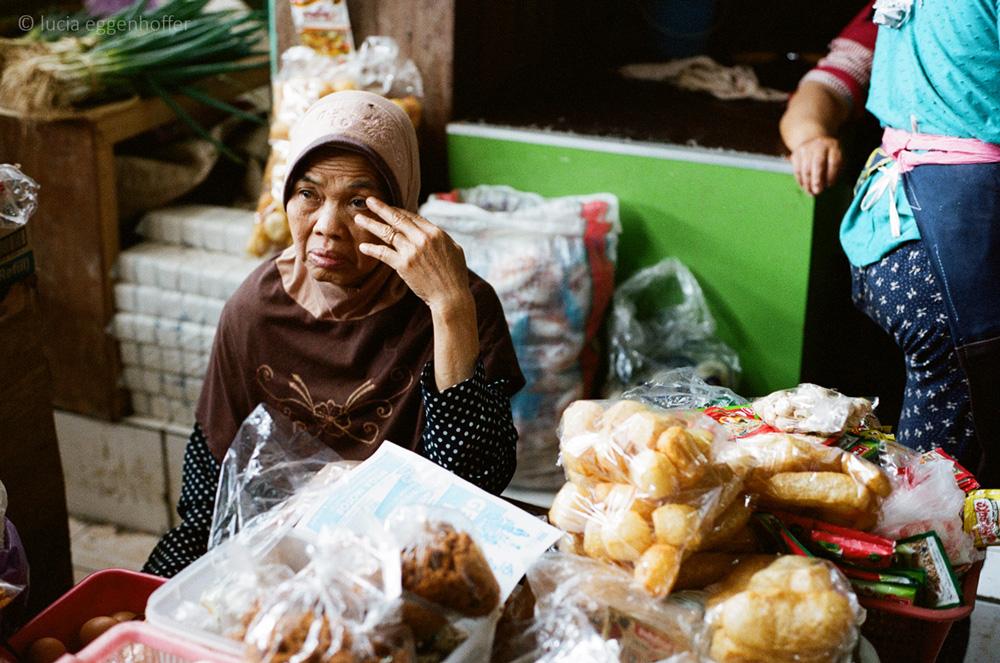 Woman-at-market-V-yogyakarta-lucia-eggenhoffer