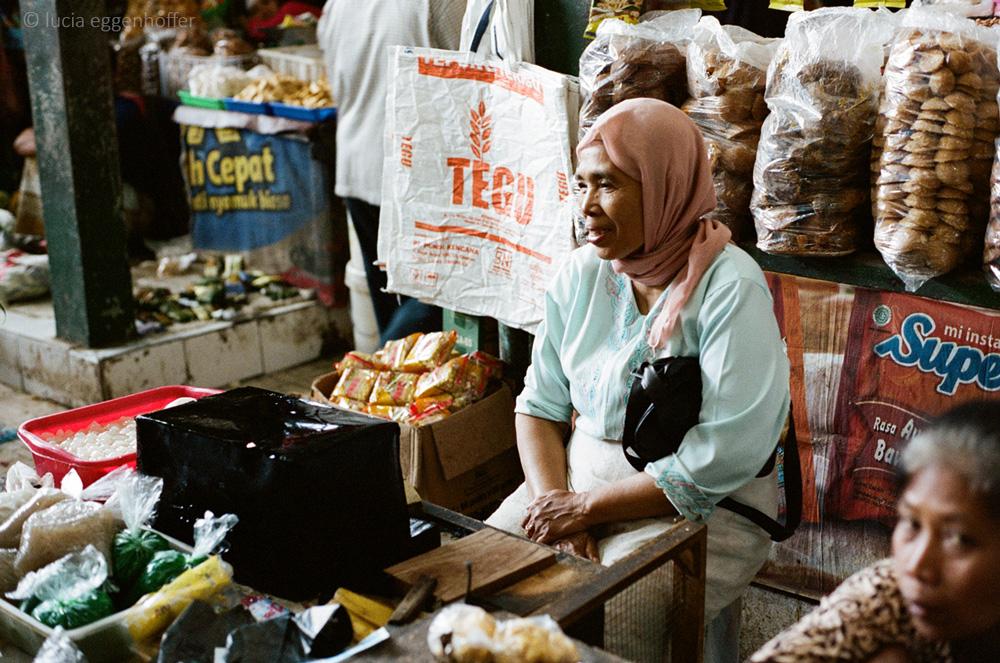 Woman-at-market-VI-yogyakarta-lucia-eggenhoffer