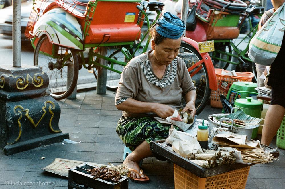 Woman-selling-sate-ayam-yogyakarta-lucia-eggenhoffer