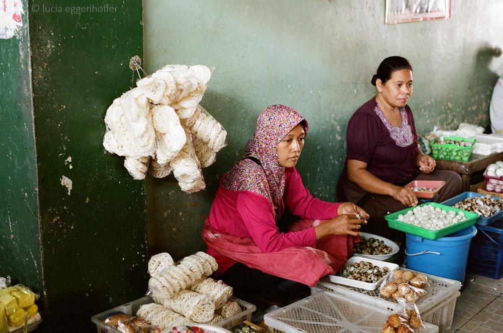 Women-at-market-III-yogyakarta-lucia-eggenhoffer