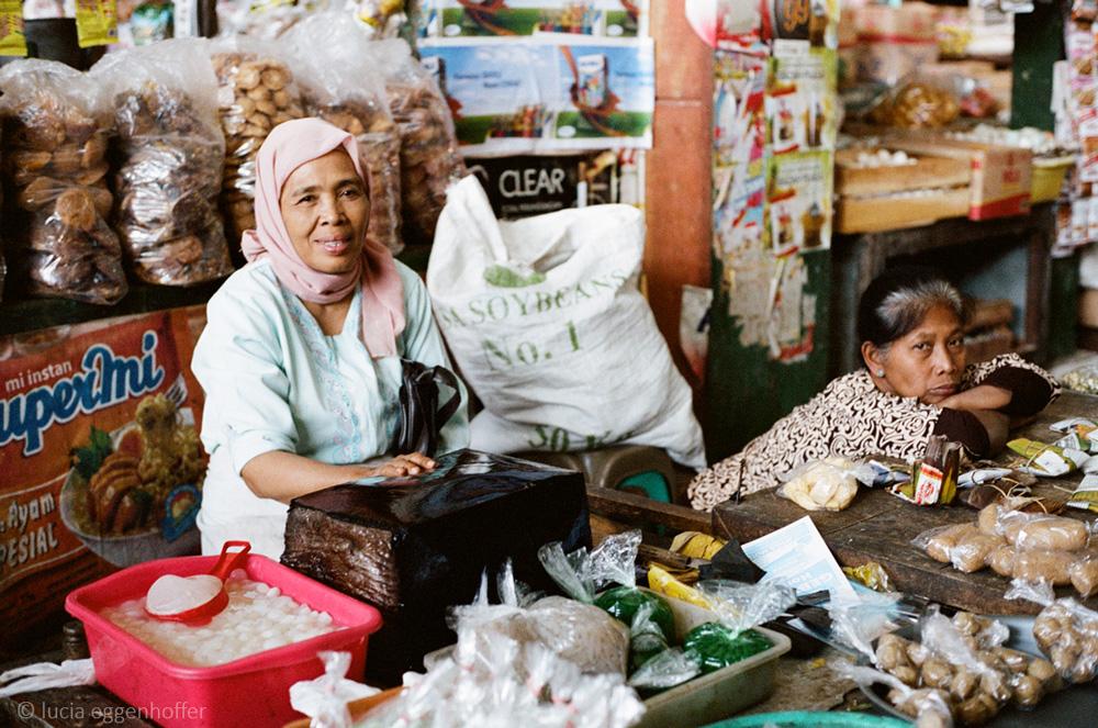 Women-at-market-IV-yogyakarta-lucia-eggenhoffer