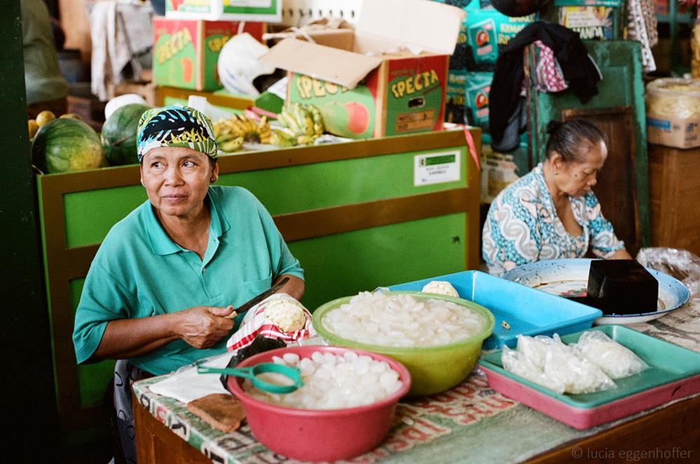 Women-at-market-yogyakarta-lucia-eggenhoffer