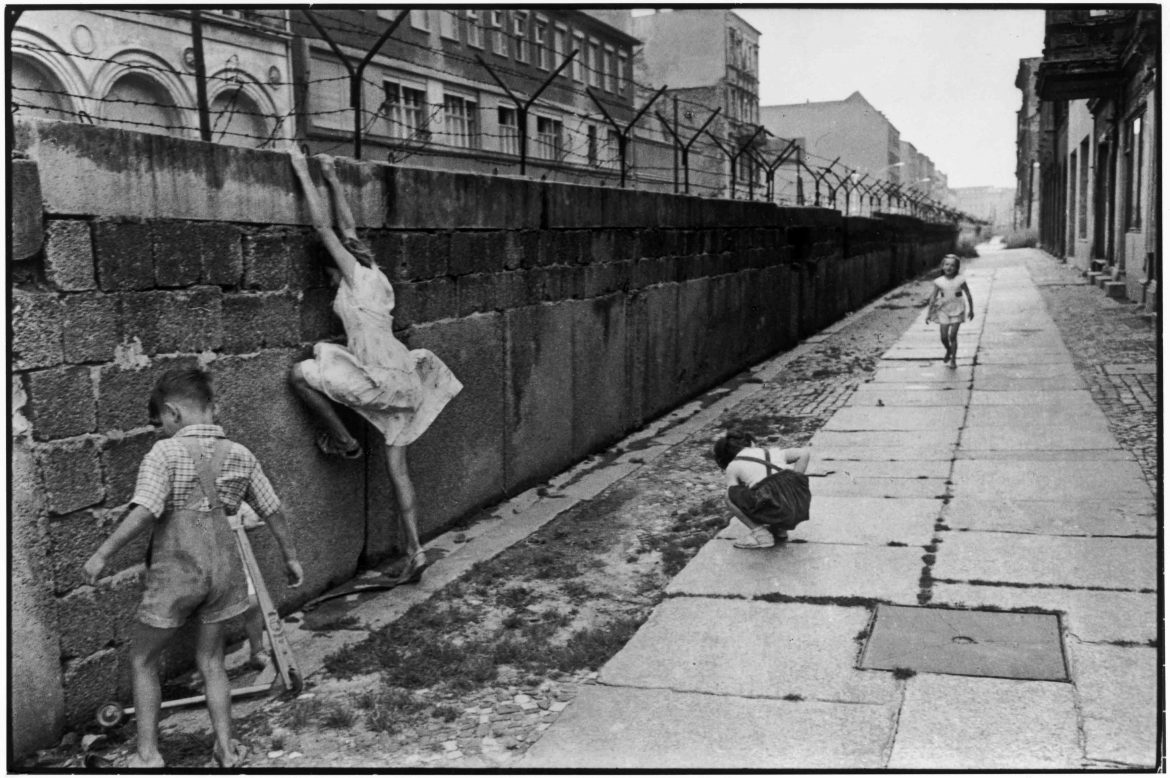 The Berlin wall. West Berlin, West Germany, 1962 © Henri Cartier-Bresson